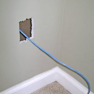 agujero con cable pasado para montar placa de pared